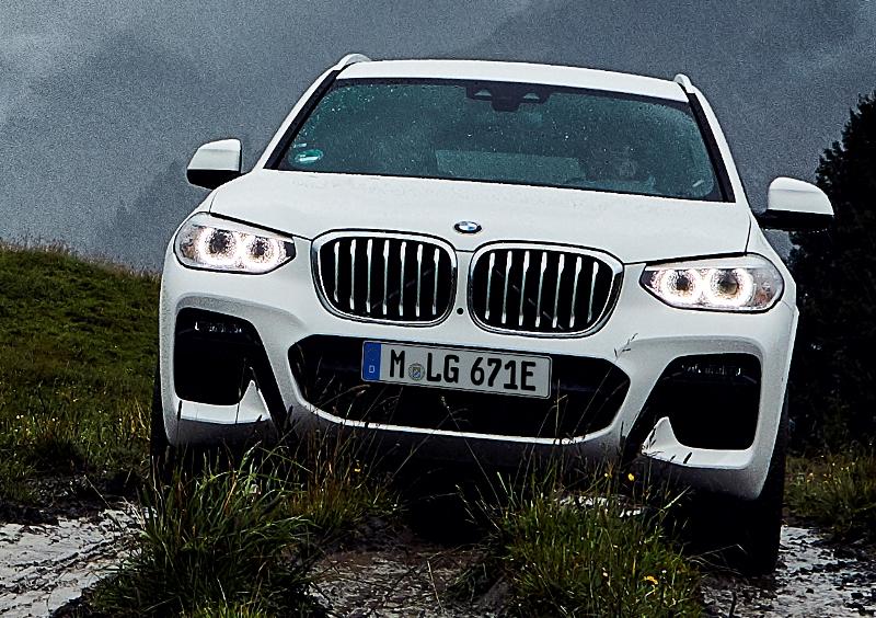 X3に初のPHEVが登場 BMWはミドルクラスのSUV(BMWはSAVと呼ぶ)として、...